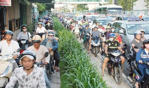 Người dân đi chơi lễ, cửa ngõ sân bay Tân Sơn Nhất kẹt cứng - ảnh 3