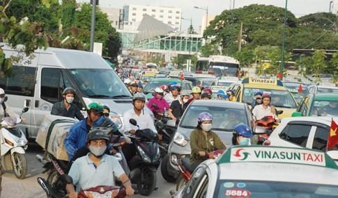 Người dân đi chơi lễ, cửa ngõ sân bay Tân Sơn Nhất kẹt cứng - ảnh 4