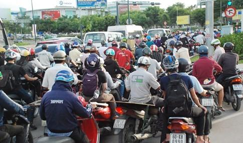 Người dân đi chơi lễ, cửa ngõ sân bay Tân Sơn Nhất kẹt cứng - ảnh 5