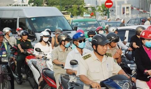 Người dân đi chơi lễ, cửa ngõ sân bay Tân Sơn Nhất kẹt cứng - ảnh 6