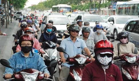 Người dân đi chơi lễ, cửa ngõ sân bay Tân Sơn Nhất kẹt cứng - ảnh 7