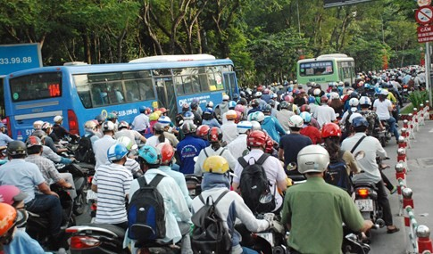 Người dân đi chơi lễ, cửa ngõ sân bay Tân Sơn Nhất kẹt cứng - ảnh 8