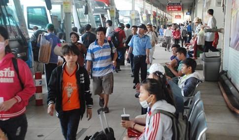 Người dân đi chơi lễ, cửa ngõ sân bay Tân Sơn Nhất kẹt cứng - ảnh 9