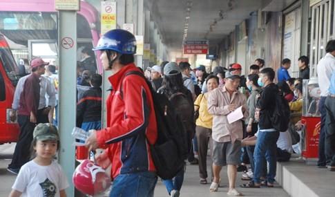 Người dân đi chơi lễ, cửa ngõ sân bay Tân Sơn Nhất kẹt cứng - ảnh 11