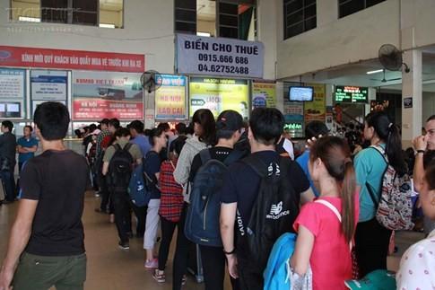 Bến xe Mỹ Đình quá tải, hành khách vật vờ chờ đợi hàng giờ vì thiếu vé - ảnh 16