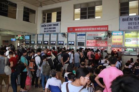Bến xe Mỹ Đình quá tải, hành khách vật vờ chờ đợi hàng giờ vì thiếu vé - ảnh 14