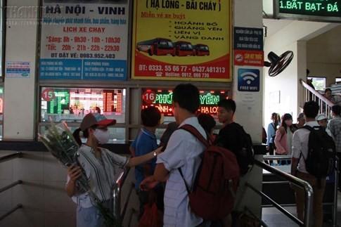 Bến xe Mỹ Đình quá tải, hành khách vật vờ chờ đợi hàng giờ vì thiếu vé - ảnh 15
