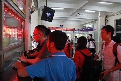 Bến xe Mỹ Đình quá tải, hành khách vật vờ chờ đợi hàng giờ vì thiếu vé - ảnh 13