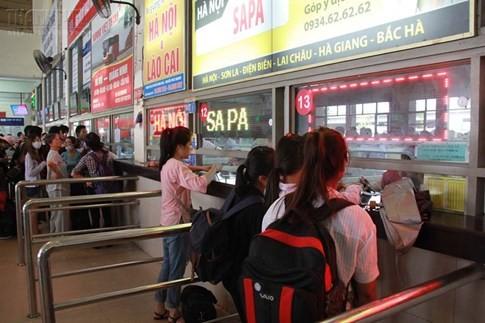 Bến xe Mỹ Đình quá tải, hành khách vật vờ chờ đợi hàng giờ vì thiếu vé - ảnh 11