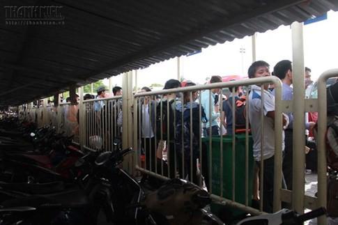 Bến xe Mỹ Đình quá tải, hành khách vật vờ chờ đợi hàng giờ vì thiếu vé - ảnh 4