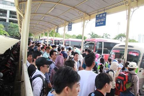 Bến xe Mỹ Đình quá tải, hành khách vật vờ chờ đợi hàng giờ vì thiếu vé - ảnh 5