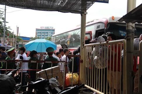 Bến xe Mỹ Đình quá tải, hành khách vật vờ chờ đợi hàng giờ vì thiếu vé - ảnh 1