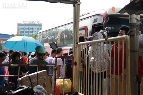 Bến xe Mỹ Đình quá tải, hành khách vật vờ chờ đợi hàng giờ vì thiếu vé - ảnh 2