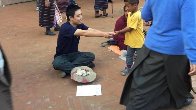 Anh Quỳnh chia khoản tiền của mình cho những người ăn xin khác. (Ảnh: Nguyễn Ngọc Quỳnh)