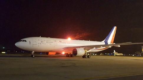 Chuyên cơ chở Tổng thống Pháp hạ cánh xuống sân bay Nội Bài - ảnh 6