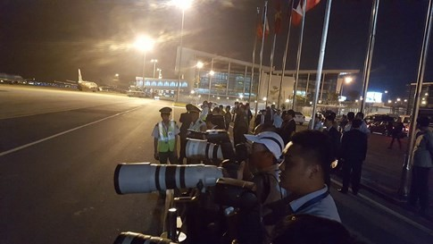 Chuyên cơ chở Tổng thống Pháp hạ cánh xuống sân bay Nội Bài - ảnh 9