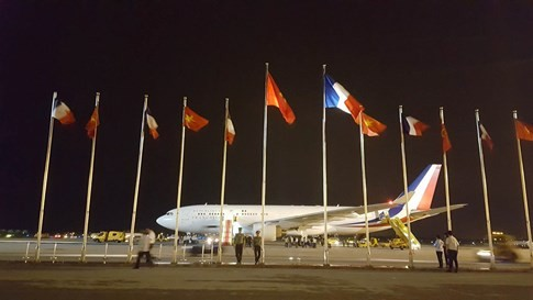Chuyên cơ chở Tổng thống Pháp hạ cánh xuống sân bay Nội Bài - ảnh 5
