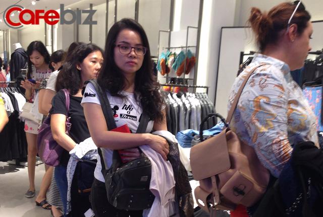 Khách đợi thử đồ tại cửa hàng Zara ở Sài Gòn ngày 9/9. Ảnh: Thế Trần