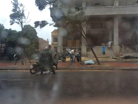 Bão số 4 'tấn công' miền Trung: Cây xanh ngã đổ la liệt, người đi đường bị gió thổi liêu xiêu - ảnh 13