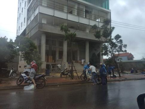 Bão số 4 'tấn công' miền Trung: Cây xanh ngã đổ la liệt, người đi đường bị gió thổi liêu xiêu - ảnh 14