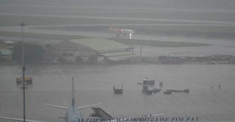 bay sân bay Tân Sơn Nhất tiếp tục bị ngập chiều 11.9. Ảnh: Quế An