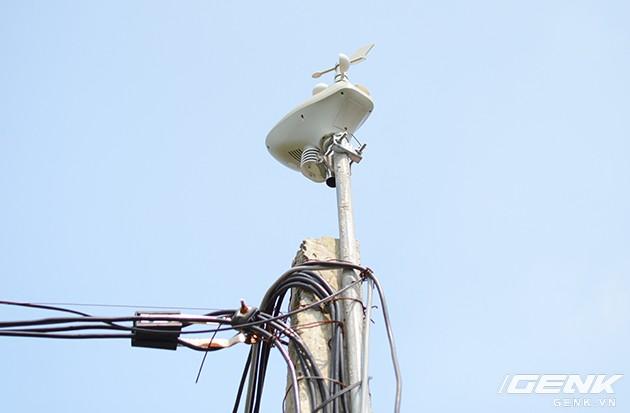 Một trong những cột đo hướng gió và tốc độ gió được lắp đặt tại trang trại.