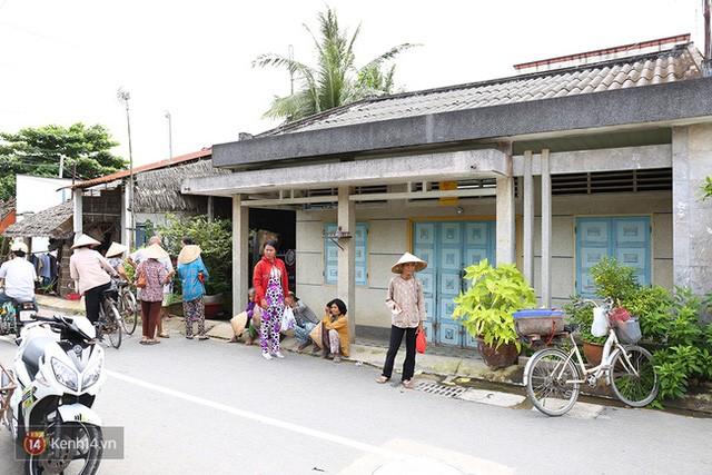Người dân tập tụ trước cửa nhà ông Thái để xin tiền hỗ trợ