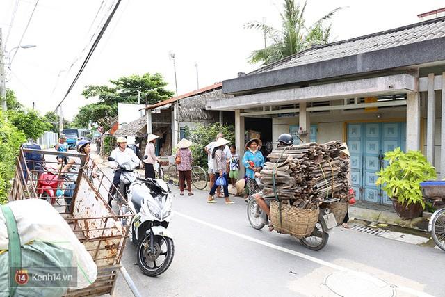 Tới trưa, ngày càng nhiều người dân tập trung trước cửa nhà ông Thái