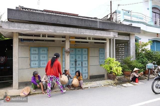 Nhiều người dân đứng ngồi la liệt chờ gia đình ông Thái phát từ thiện
