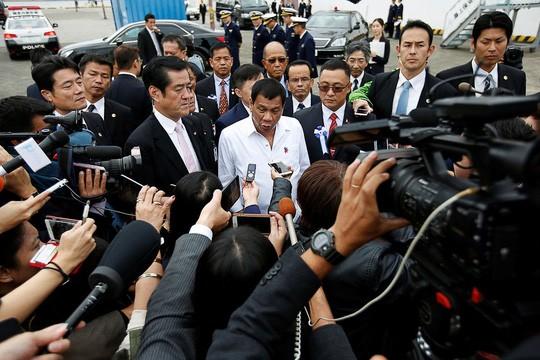Ông Duterte tại căn cứ của cảnh sát biển Nhật Bản ở Yokohama. Ảnh: REUTERS