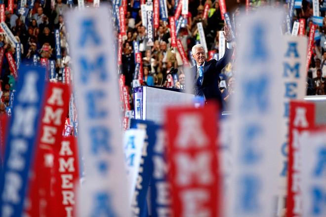 Cựu Tổng thống Mỹ Bill Clinton vẫy chào khán giả khi phát biểu tại đại hội toàn quốc Đảng Dân chủ ở Philadelphia, Pennsylvania, ngày 26/7/2016 - Ảnh: Getty.