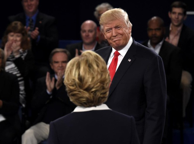 Ông Trump và bà Clinton trong cuộc tranh luận thứ hai ngày 9/10/2016 - Ảnh: Reuters.