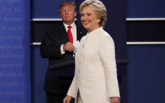 Hai ứng cử viên Tổng thống Mỹ Hillary Clinton và Donald Trump trong cuộc tranh luận thứ ba, cũng là cuộc tranh luận cuối cùng ngày 19/10/2016 - Ảnh: Reuters.