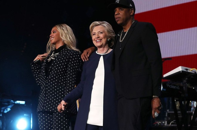 Hai ca sỹ nổi tiếng Beyonce và Jay Z biểu diễn ủng hộ bà Clinton trong một sự kiện vận động tranh cử hôm 4/11/2016 - Ảnh: Vouge.