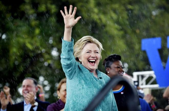 Bà Clinton vẫy chào người ủng hộ trong một cuộc vận động tranh cử ở Florida ngày 5/11/2016 - Ảnh: Vouge.</div> <div>