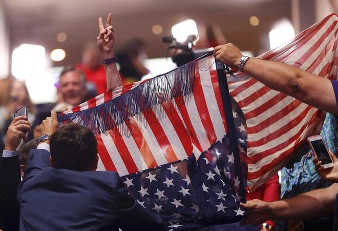 Một cuộc đụng độ giữa những người ủng hộ Trump và những người phản đối ông tại đại hội toàn quốc Đảng Cộng hòa ở Cleveland, Ohio, ngày 19/7/2016 - Ảnh: Reuters.