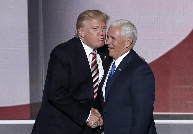 Trump và ứng cử viên Phó tổng thống của Đảng Cộng hòa Mike Pence tại đại hội toàn quốc Đảng Cộng hòa ở Cleveland, Ohio, ngày 20/7/2016 - Ảnh: Reuters.