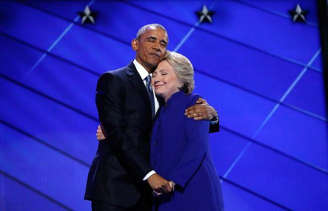 Bà Clinton và Tổng thống Barack Obama trên sân khấu đại hội hội toàn quốc Đảng Dân chủ ở Philadelphia, Pennsylvania, ngày 28/7/2016 - Ảnh: Getty.</div> <div>