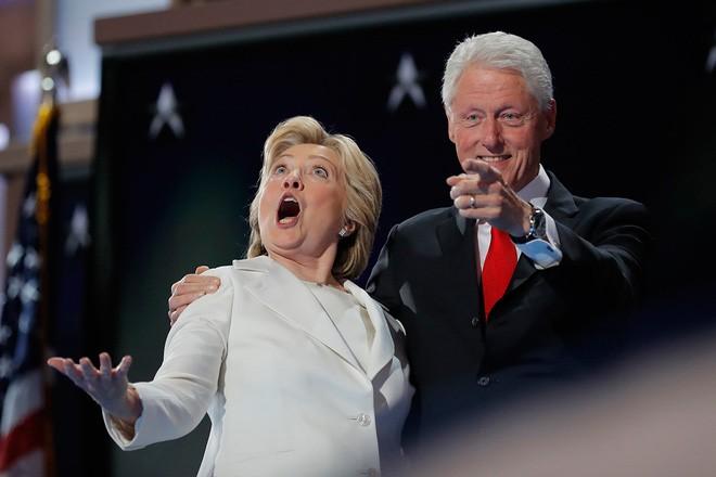 Bà Clinton cùng phu quân là ông Bill Clinton thể hiện cảm xúc sau khi bà được chính thức đề cử là ứng cử viên đại diện cho Đảng Dân chủ trong cuộc đua vào Nhà Trắng, ngày 28/7/2016 - Ảnh: Reuters.</div> <div>