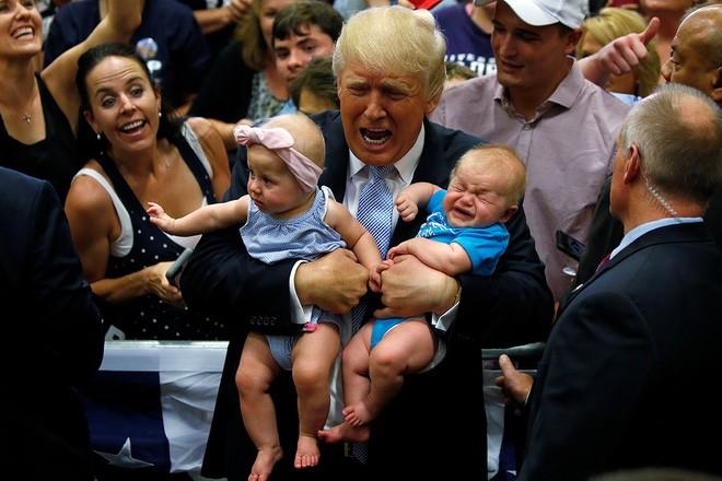 Ông Trump bế hai em bé trên tay trong một cuộc vận động tranh cử ở Colorado ngày 29/7/2016 - Ảnh: Reuters.