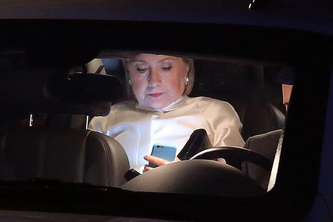 Bà Clinton xem điện thoại khi rời nhà riêng tới dự một sự kiện buổi tối ở Washington ngày 17/9/2016 - Ảnh: Reuters.