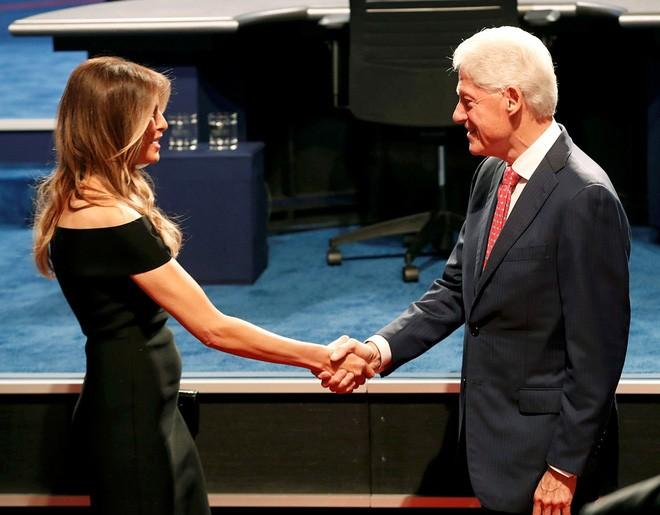 Cựu Tổng thống Bill Clinton, phu quân bà Hillary Clinton, bắt tay bà Melania Trump, phu nhân ông Donald Trump, tại cuộc tranh luận đầu tiên giữa hai ứng cử viên hôm 26/9/2016 - Ảnh: Reuters.