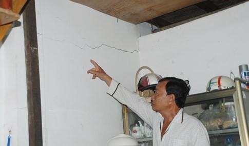 Cận cảnh hàng chục căn nhà nứt toác, lún sâu khiến người Sài Gòn sợ - ảnh 3