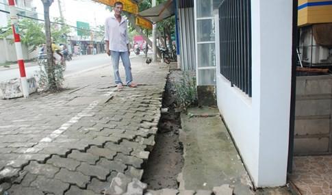 Cận cảnh hàng chục căn nhà nứt toác, lún sâu khiến người Sài Gòn sợ - ảnh 5