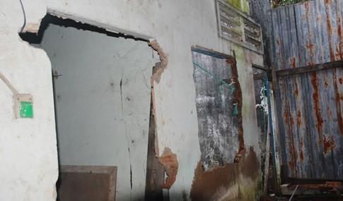 Cận cảnh hàng chục căn nhà nứt toác, lún sâu khiến người Sài Gòn sợ - ảnh 4