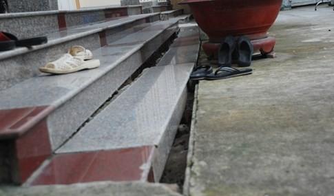 Cận cảnh hàng chục căn nhà nứt toác, lún sâu khiến người Sài Gòn sợ - ảnh 6