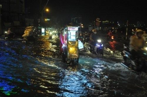 Triều cường đạt đỉnh, người Sài Gòn khốn khổ tìm đường về nhà