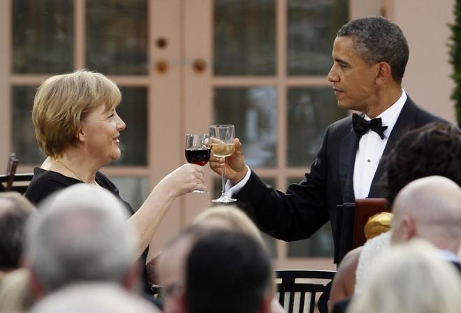 Ông Obama và bà Merkel nâng ly chúc mừng trong quốc yến tổ chức tại Vườn Hồng, Nhà Trắng, ngày 7/6/2011 - Ảnh: Reuters. </div> <div>