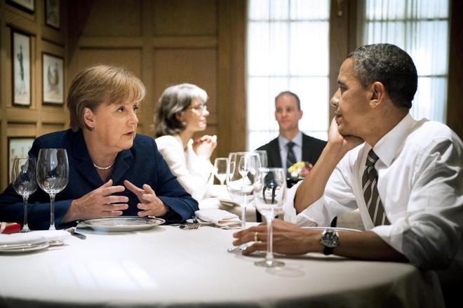 Bà Merkel trò chuyện với ông Obama trong một bữa tối riêng tại nhà hàng ra đời năm 1789 ở Washington, Mỹ, ngày 7/6/2011 - Ảnh: Reuters.