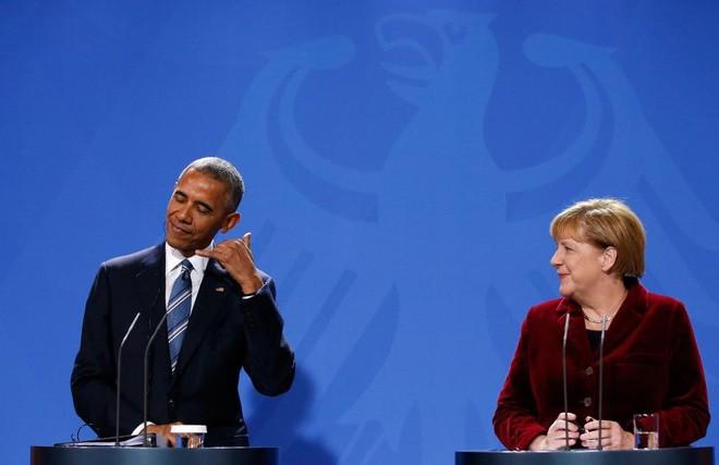 Ông Obama làm điệu bộ trong một cuộc họp báo chung với bà Merkel ở Berlin, Đức, ngày 17/11/2016. Ông Obama đang có chuyến công du châu Âu cuối cùng trên cương vị người đứng đầu Nhà Trắng - Ảnh: Reuters.
